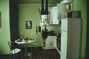 冷蔵庫と逆さの女性