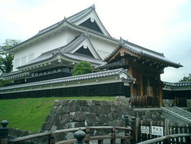 勝竜寺城の模擬櫓と虎口跡