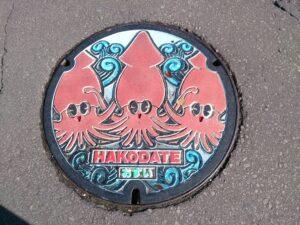 北海道の函館にあるイカのマンホール