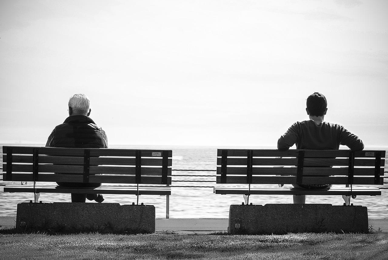 ベンチに座る男2人
