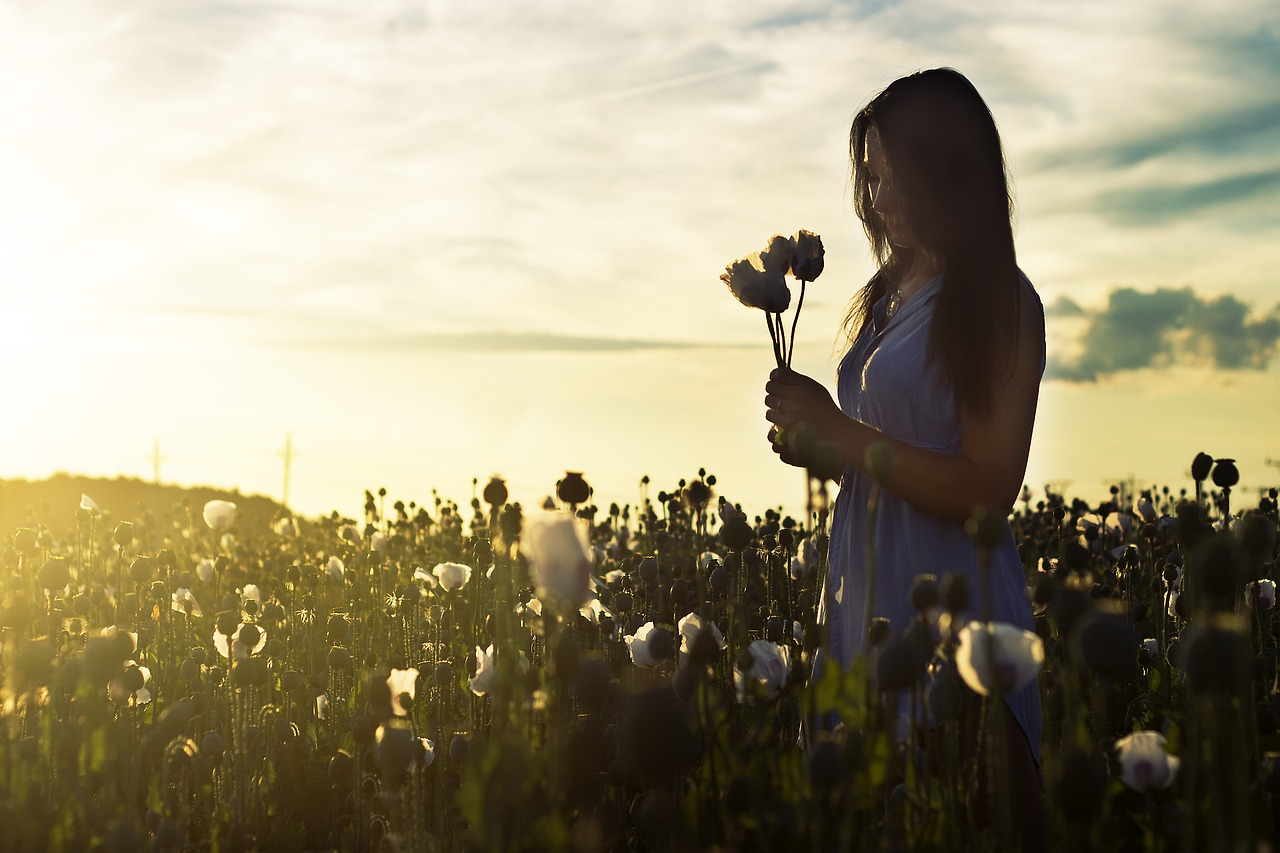 花をもった女性