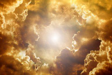 昼に神がでてきそうな空