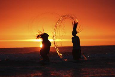 川に2人の女性