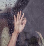 雨と悲しむ女性