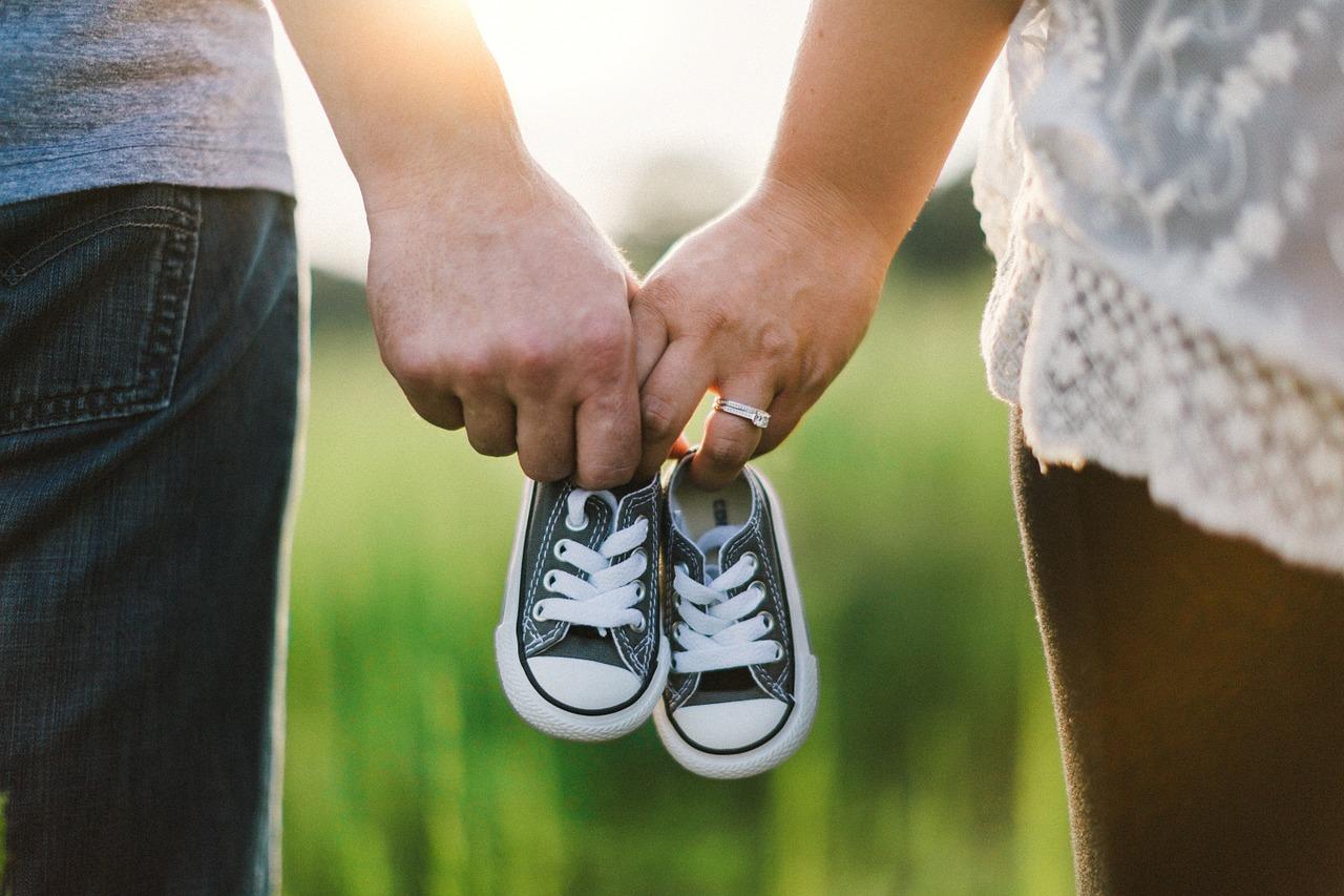 子供の靴をもつ親の手
