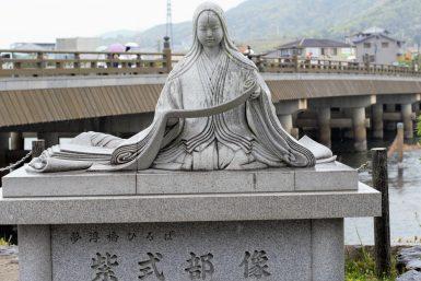 紫式部の像