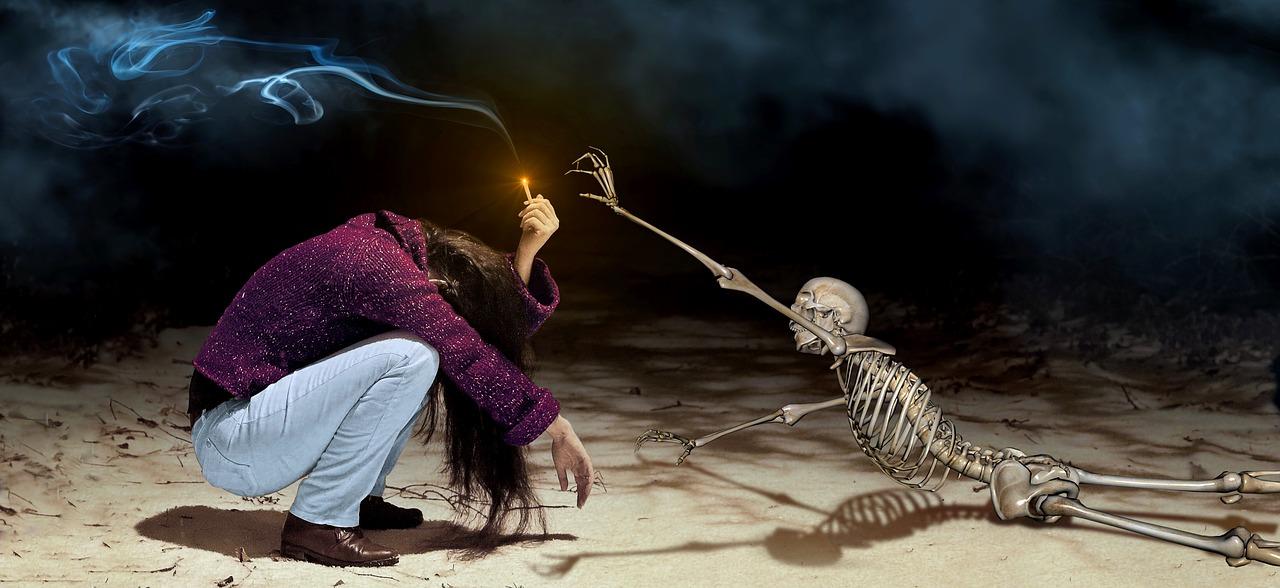 火をもった女性と骸骨
