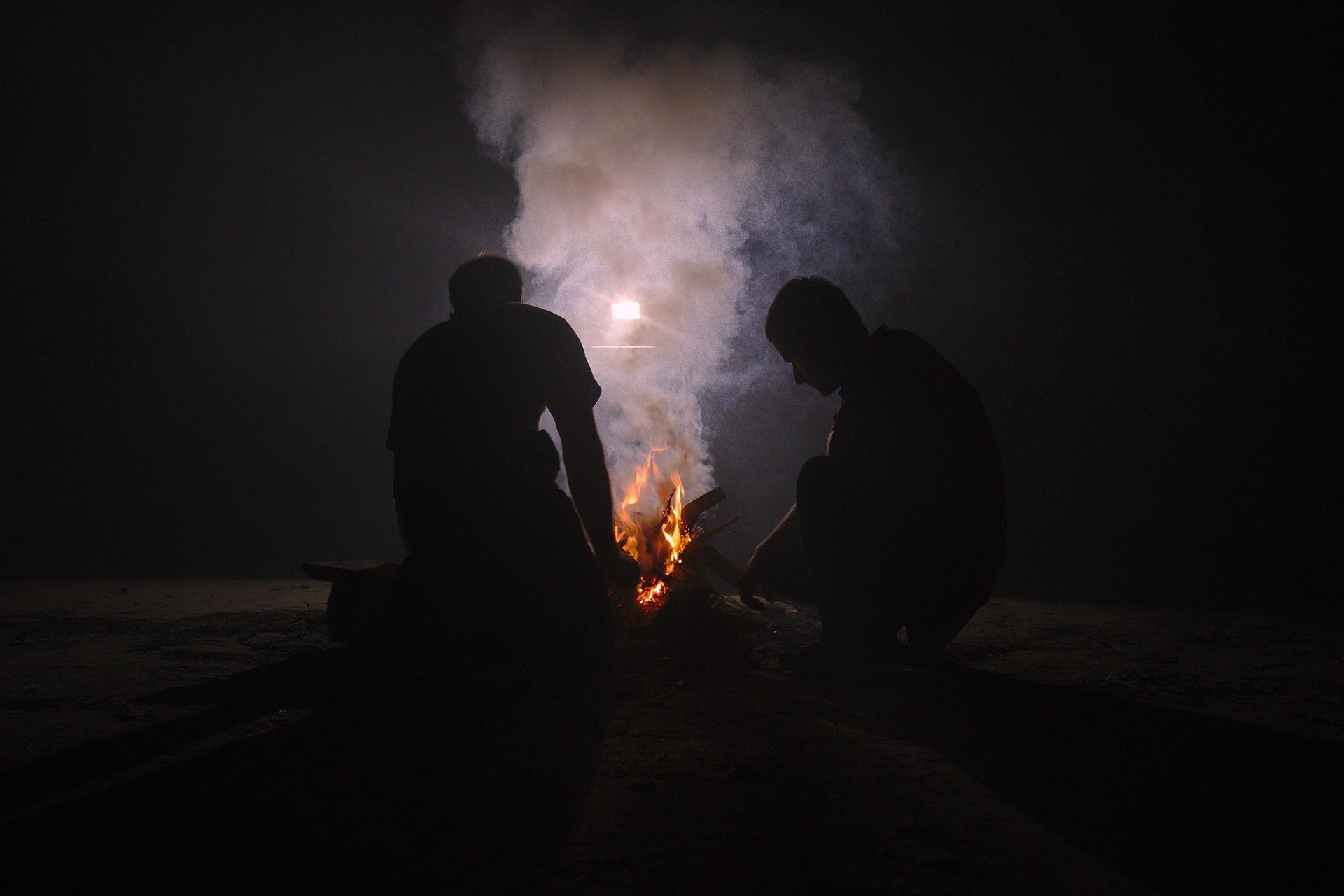 焚き火をする男性たち