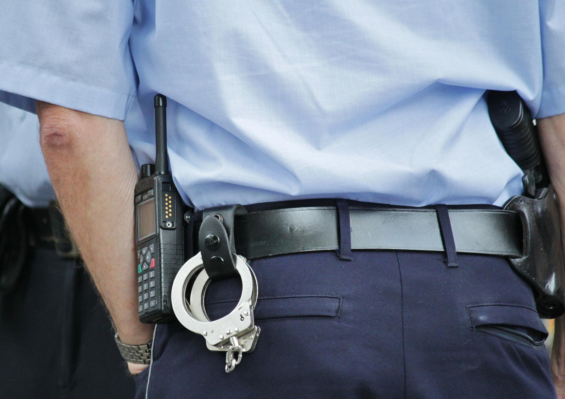 警察と手錠
