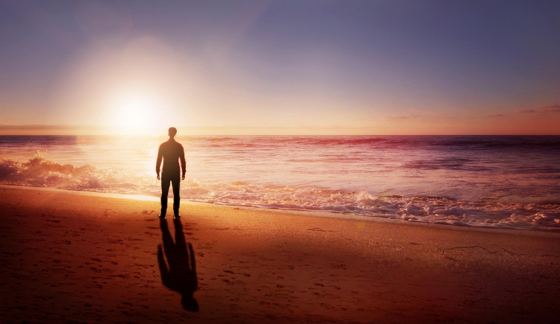 太陽と男の後ろ姿