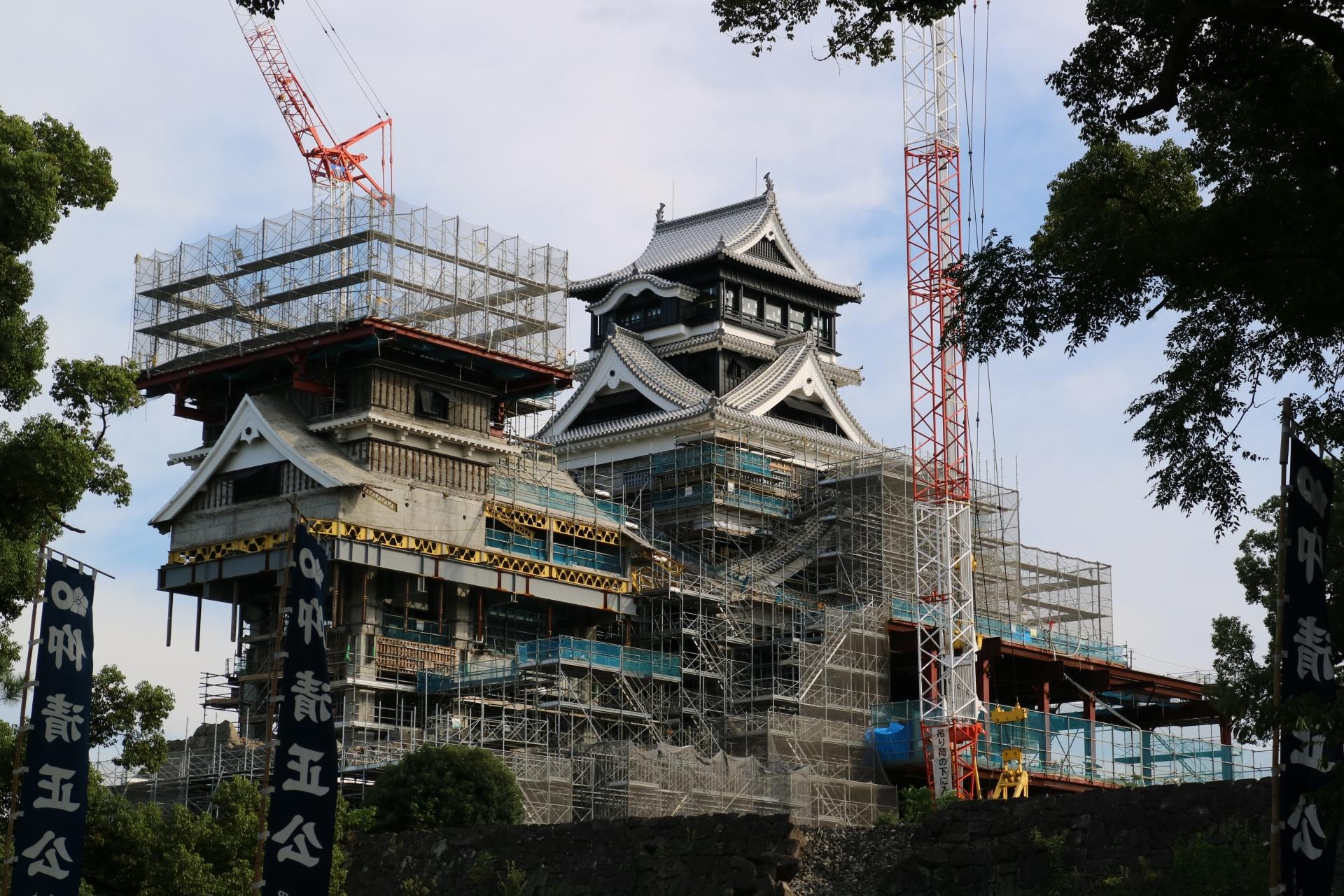 熊本城を再建している様子