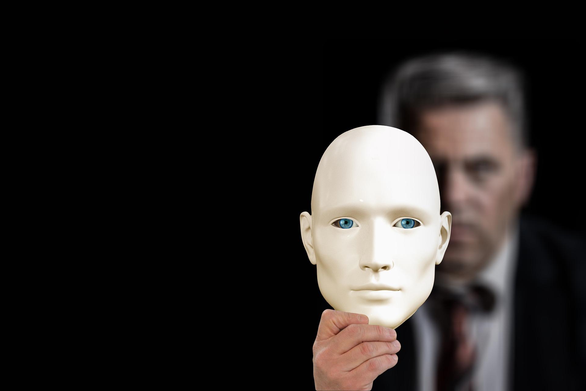 仮面をもった男性