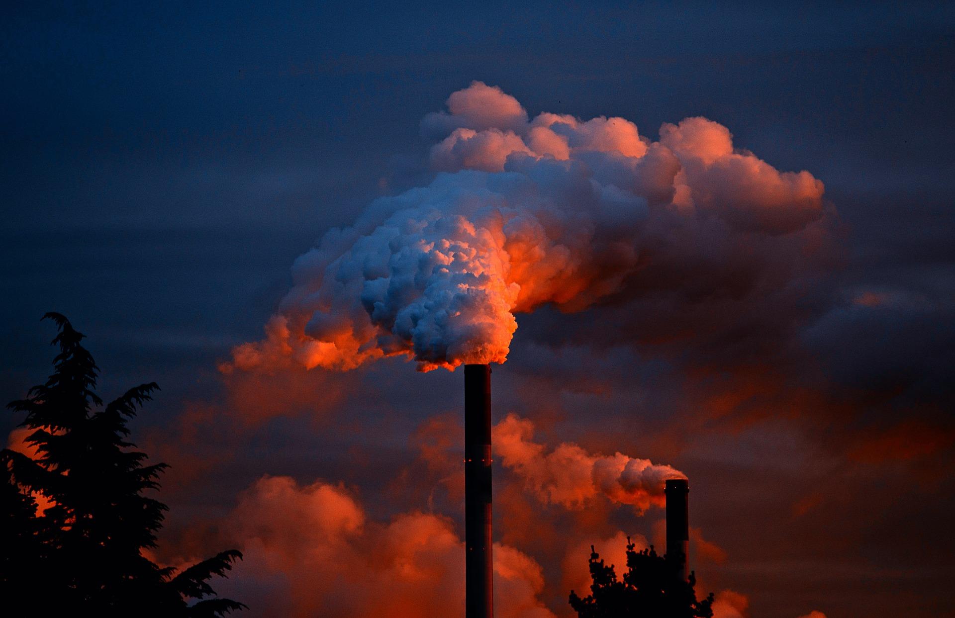 工場の煙突と煙