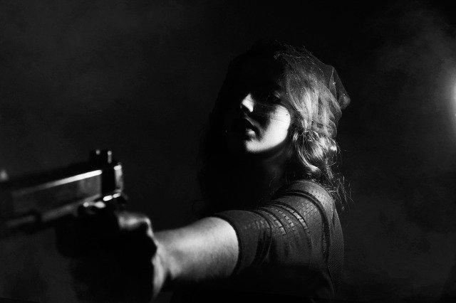 万引きするために銃を使う女性