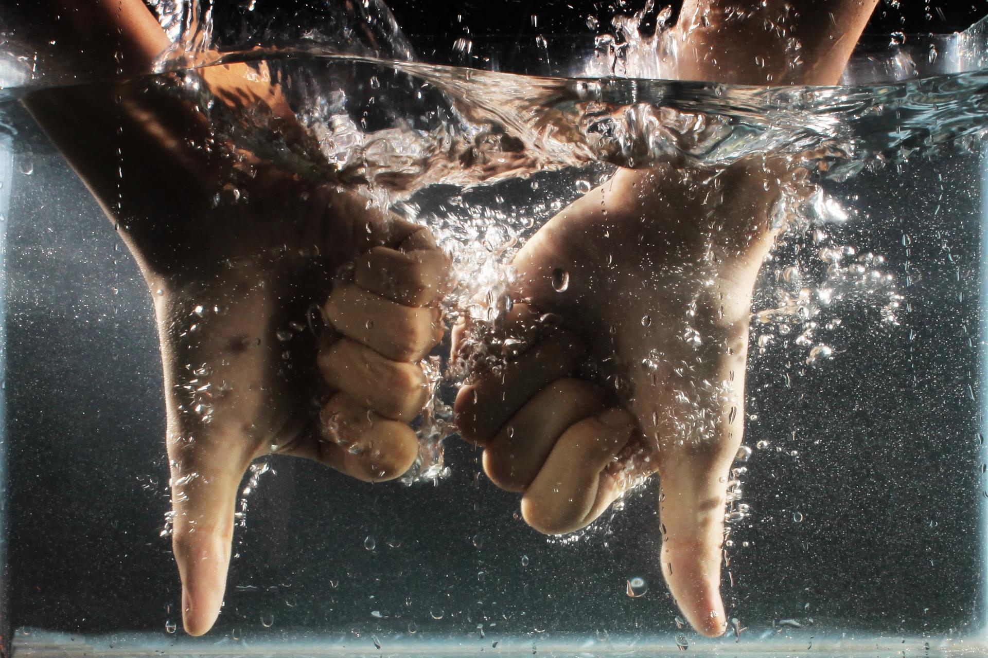 水の中で2人が嫌いあっている様子