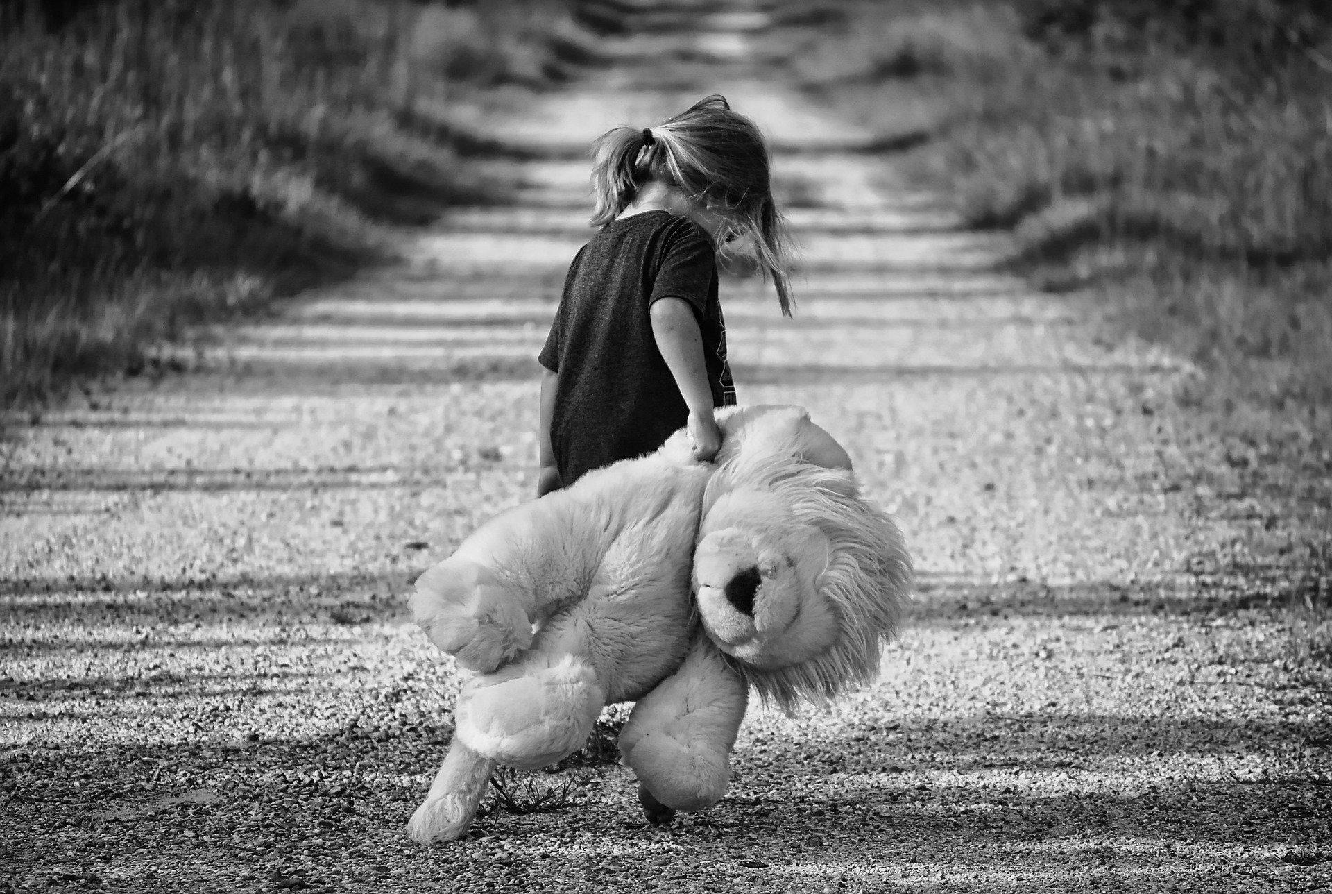 おもちゃをもつ少女