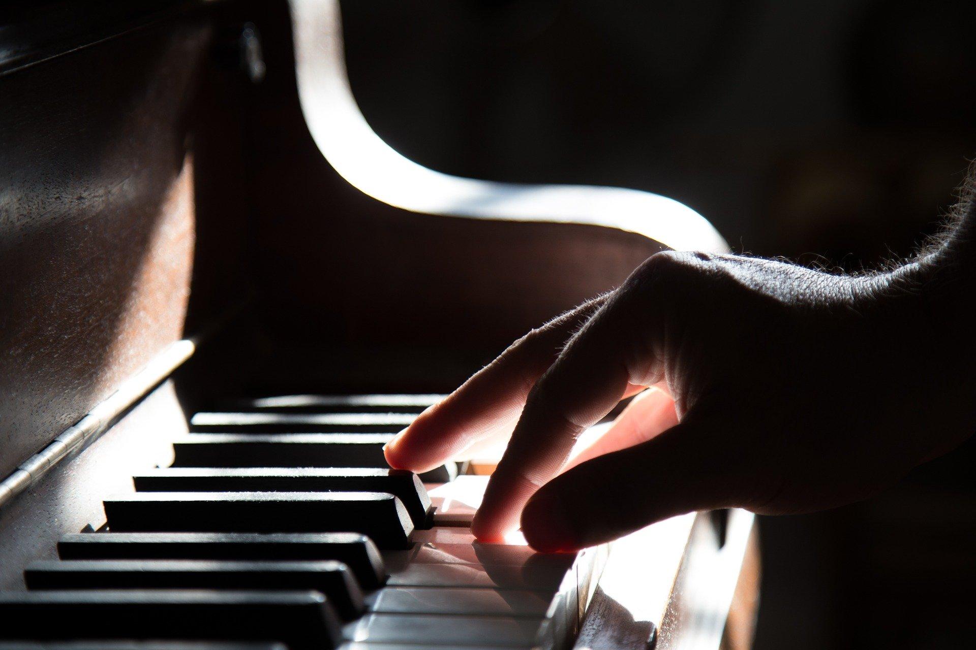 ピアノで音楽を楽しむ手