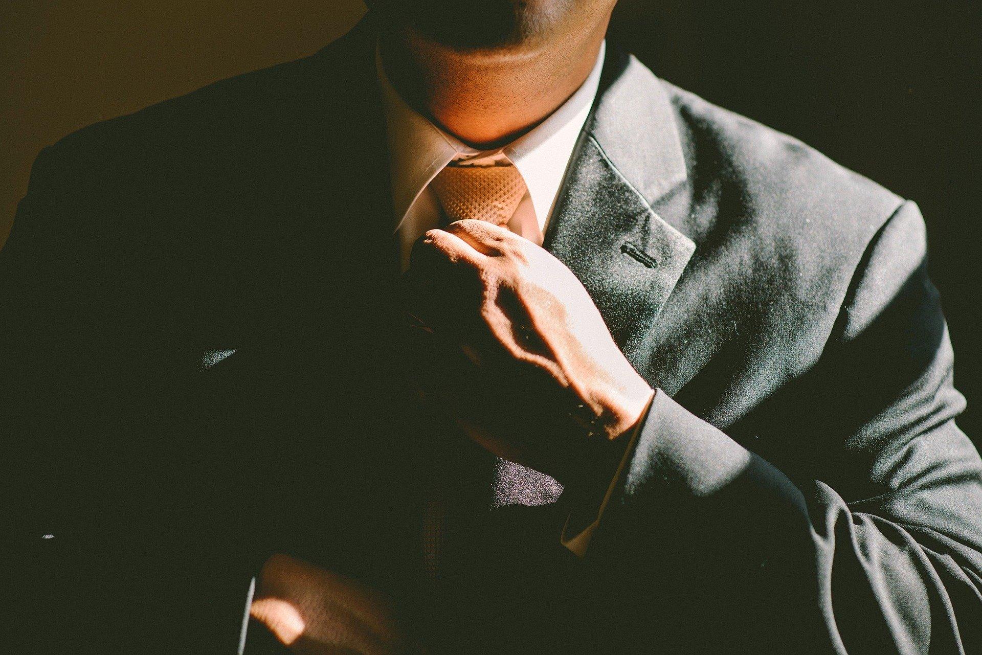 胡散臭いスーツの男性